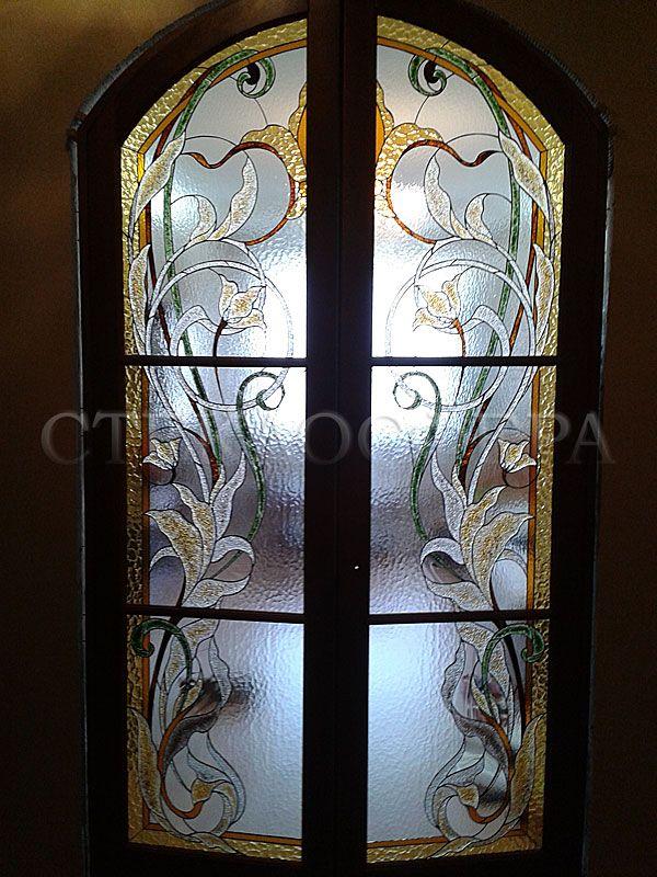 Стеклянные двери, витражные двери. Двери, выполненные со вставками из витражного стекла, дополнят художественный образ помещения, играя значительную роль в оформлении интерьера.