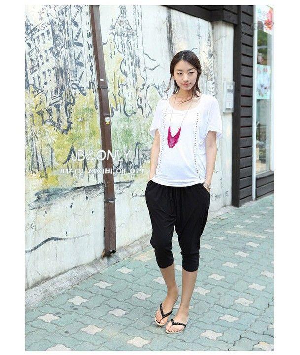 Adolescente caliente en top blanco y polainas ajustadas