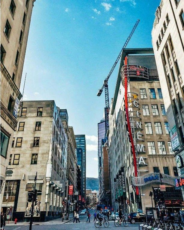 Beau! Le centre-ville de Montréal  angle Ste-Catherine et Matcalf   Photo: @ericbranover  #repost: @montreal_gallery  #voyagevoyage #voyage #blogvoyage #paysage #instatravel #montréal #montreal #mtl #quebec #mtlmoments