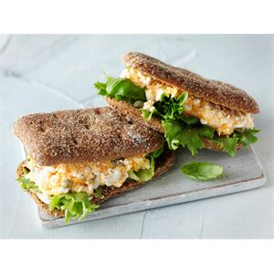 Raejuusto-kasvisleivät sopivat hyvin evääksi mukaan harrastuksiin, töihin ja opiskeluun. http://www.valio.fi/reseptit/raejuusto-kasvisleivat-1/ #resepti #ruoka