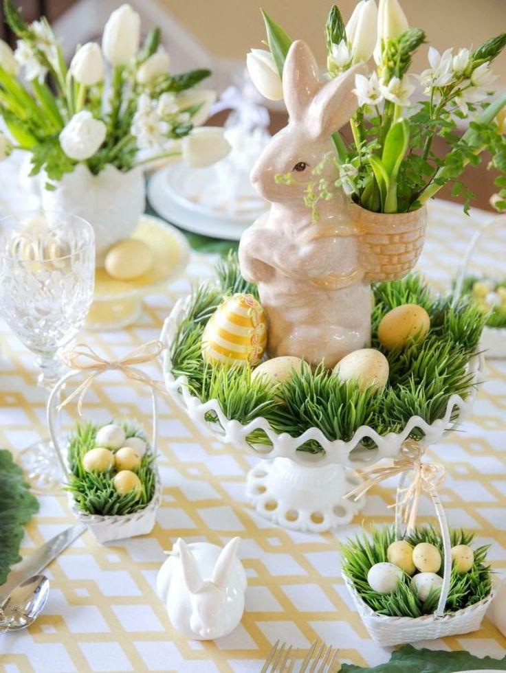 table de Pâques avec des figurines décoratives et des fleurs