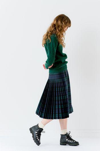 こちらのスカートはアコーディオンプリーツで大人っぽく、サイド、バックスタイルが上品できれいに見えます。