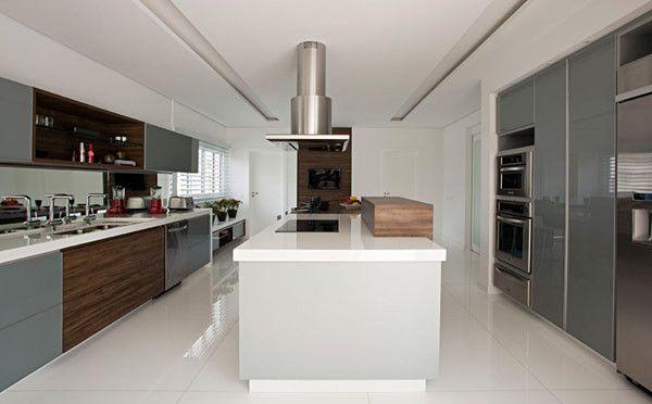 cozinha grande bancada silestone branco cinza madeira
