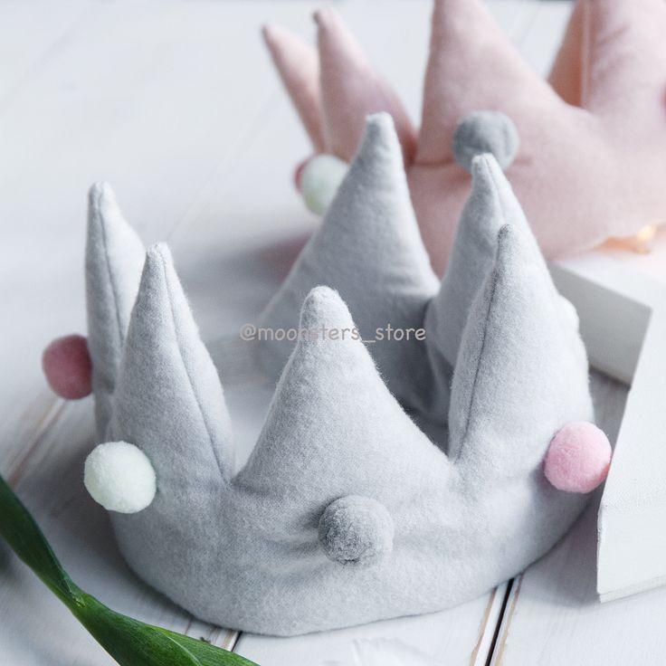 Мягкая корона с разноцветными помпонами из нежной фланели представлена в двух цветах. Ручная работа.