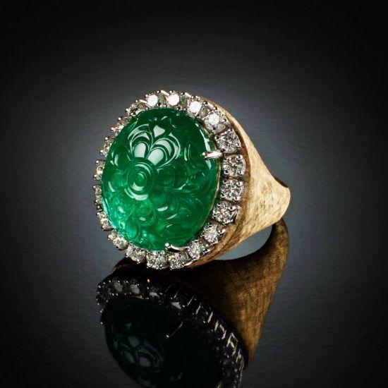 Anello con smeraldo inciso e diamanti taglio brillante