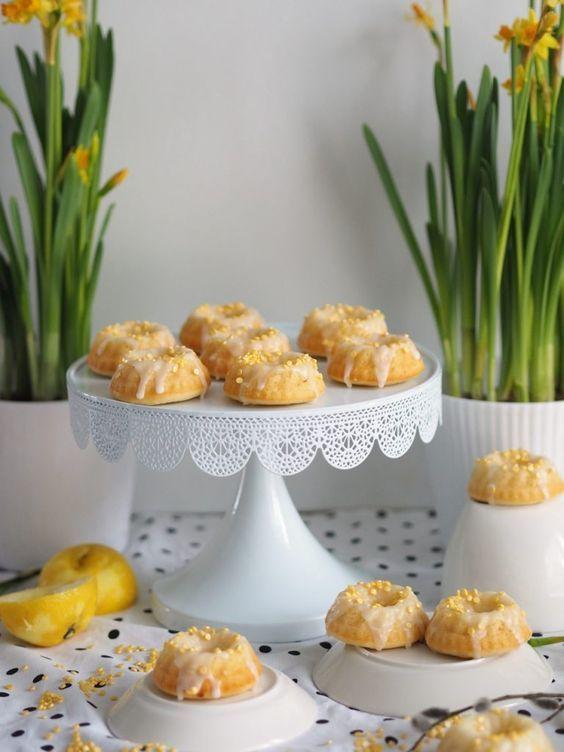 Mehevät Mini-Sitruunakakut ovat niin ihania ja meheviä sekä täyteläisiä, että ne lumoavat jokaisen herkuttelijan jälkiruokapöydässä!