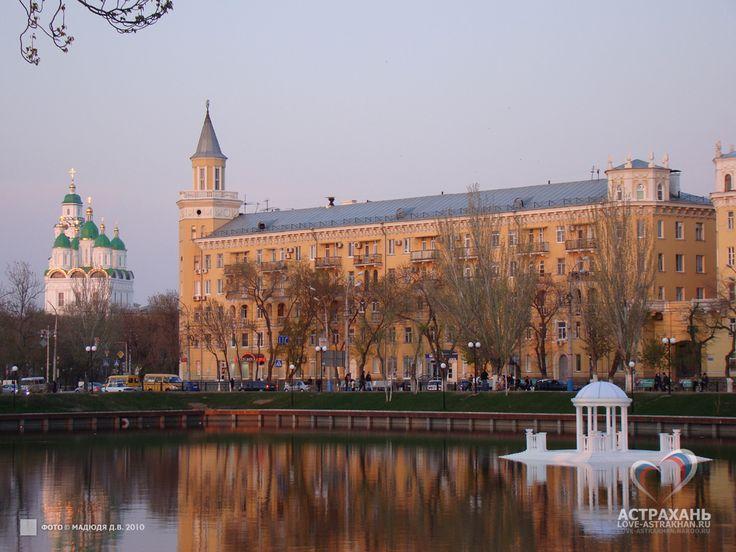 Это одно из самых живописных мест Астрахани, когда-то являвшееся началом канала прорытого, чтобы отделить кремль от Косы. Подробнее на http://www.love-astrakhan.ru/sgt.php?action=view&id=100000064