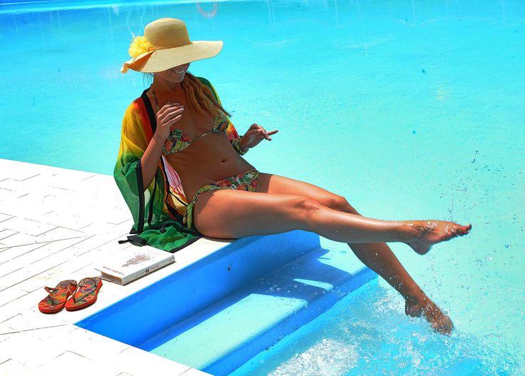 Costumi da bagno, 2bekini in fantasia tropicale e bikini blu elettrico di Victoria's Secret.Occhiali specchiati blu Ray Ban, cappelli estivi, copricostume.