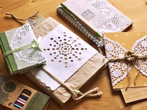 Ozdobte si docela obyčejné sešity a bloky. Je to jen inspirace; ale podobně můžete přistoupit ke kolážím (vhodný materiál najdete v časopisech, použijte i vlastní fotky), nebo ke grafice (využijte tapety, papíry s písmeny, pruhy a puntíky, plastické povrchy).
