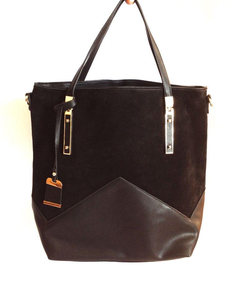 Bolso Stella, gamuza negra. Colgador largo y corto. Ideal para llevar tu Notebook o Tablet! $25.000
