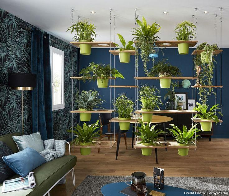 Un mur végétal fait office de séparation dans le salon