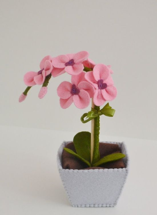 Vasinho de flor de feltro.