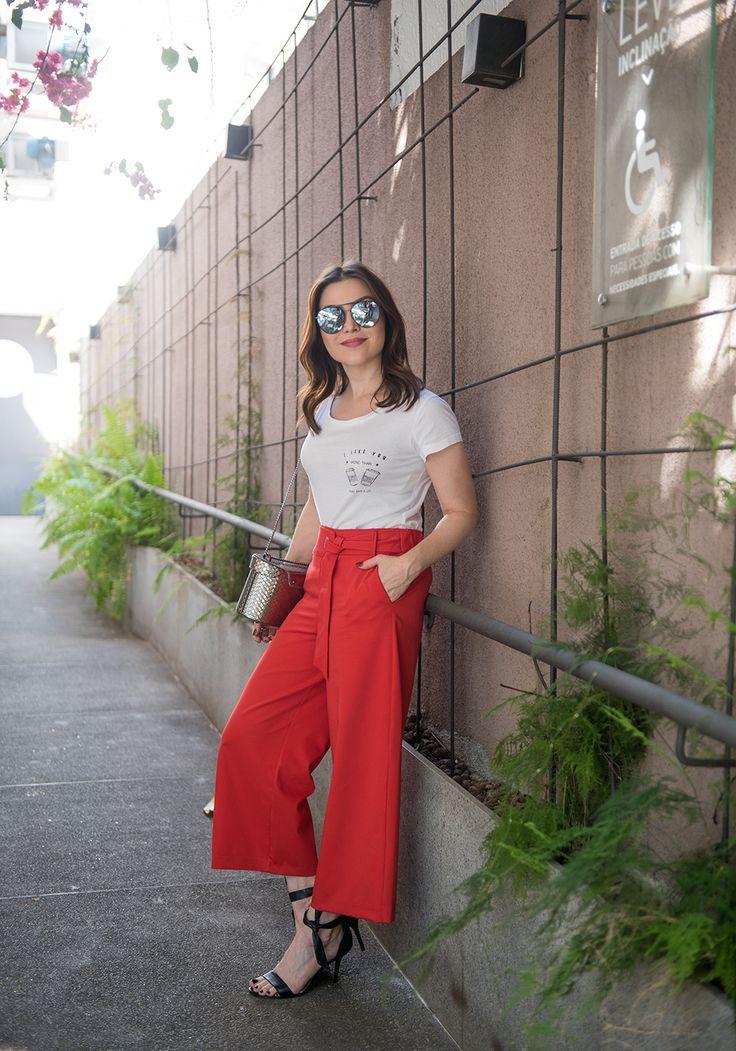 Pra vocês verem como a vontade do post de ontem tá forte: olha a calça ampla no look! Tô amando esse tipo de modelagem, que é super confortável e ainda por cima estilosa. Fui almoçar hoje usando essa calça vermelha combinada com camiseta, gosto de quebrar um pouco o estilo mais formal desse tipo de …