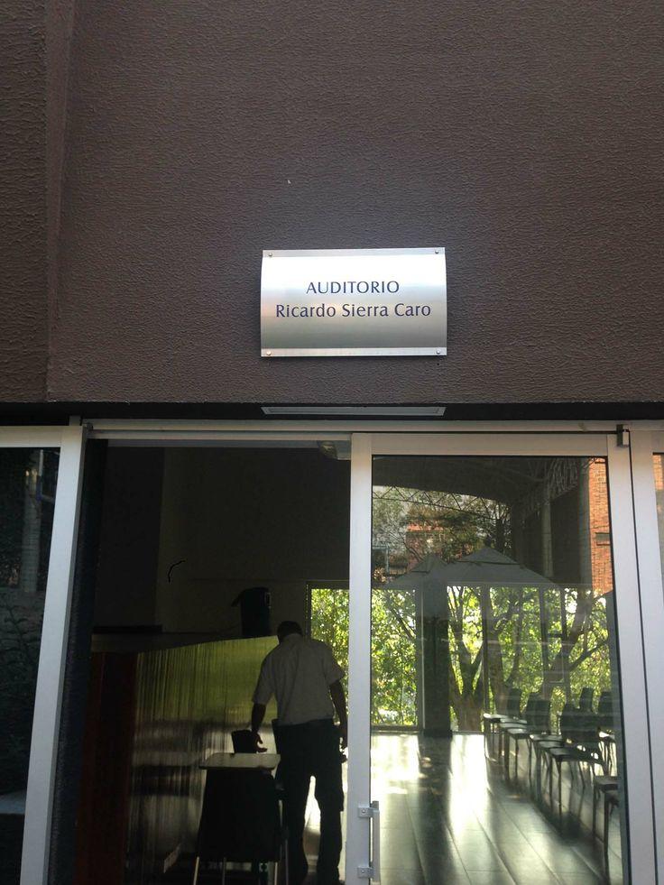 Entrada al Auditorio Ricardo Sierra Caro de la Institución Universitaria Esumer en Robledo para la Jornada de Neuromarketing Práctico