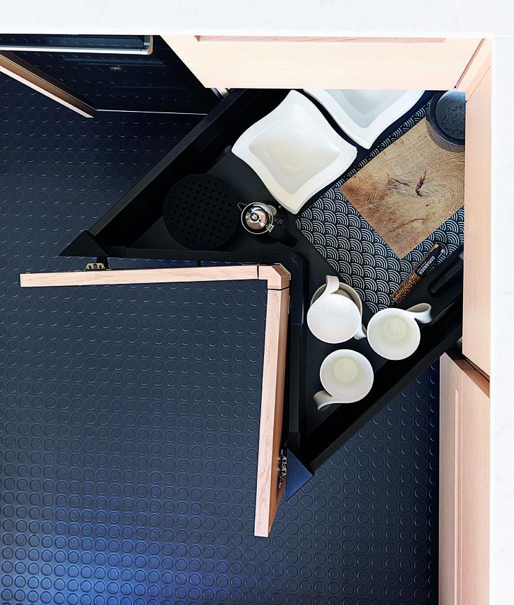 De sorte køkkenskuffer giver en flot kontrast til lågerne i hvidtonet egetræ. Vælg mellem hvide, sorte eller alu-skuffer og understreg designet i køkkenet.