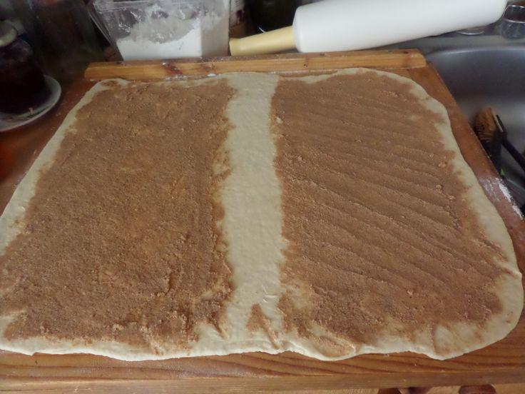 II.Vykynute testo rozvalet a natrit napln : Smichat 12dkg masla, 10dkg krystalu, 2 lzicky skorice a posypat kokosem nebo orechy.