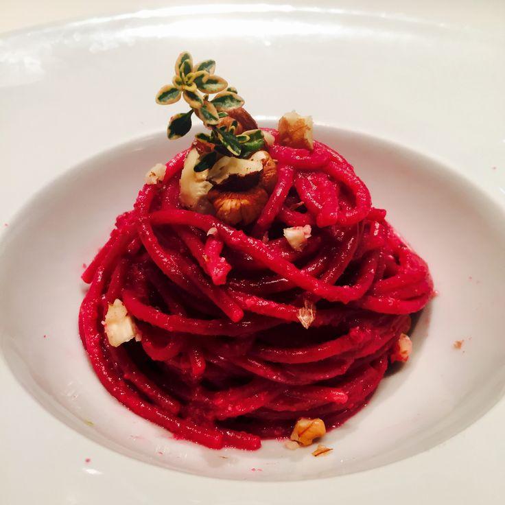 Spaghetti di farro con pesto di barbabietole e noci al profumo di timo