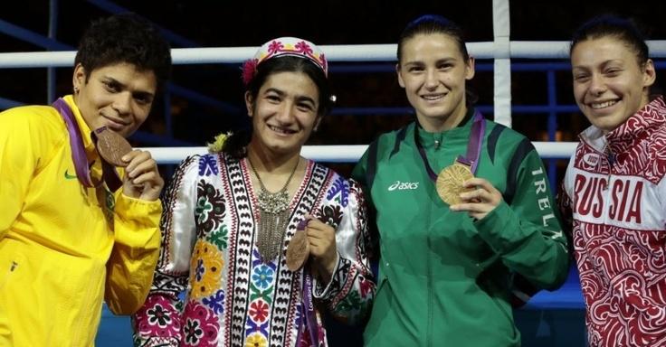 A pugilista Adriana Araújo exibe a medalha de bronze conquistada na categoria até 60 kg nos Jogos Olímpicos de Londres