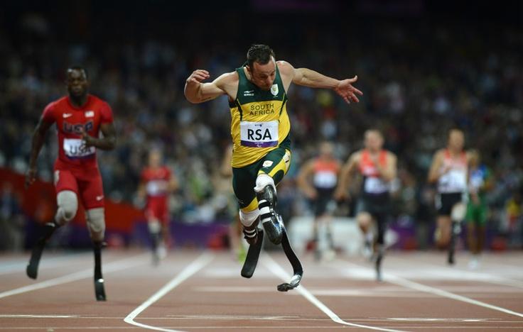 Oscar Pistorius (C) de Sudáfrica cruza la meta en primer lugar en la final de los relevos 4x100 metros T42-46 en los Juegos Paralímpicos de Londres 2012 en el Estadio Olímpico el 05 de septiembre de 2012.   Créditos: AFP / Adrian Dennis