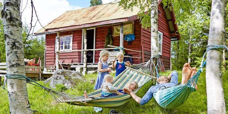 HENGER SAMMEN I SKOGEN: Hytteeierne Ingunn (30) og Gunnar (32) har en rolig stund i hengekøya sammen med minstemann Joel (på fanget), Naomi (5) og Boas (4). (FOTO: Sveinung Bråthen)