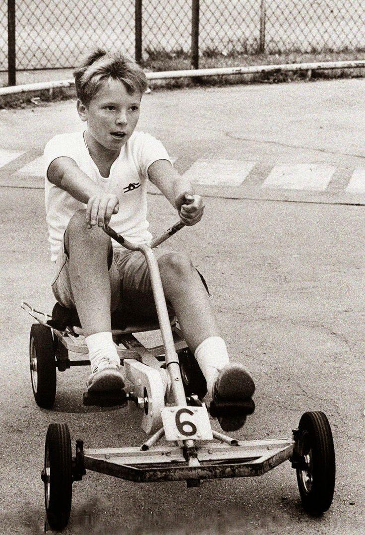 männlich.: Jungen spielen mit Autos, Mädchen mit Puppen.