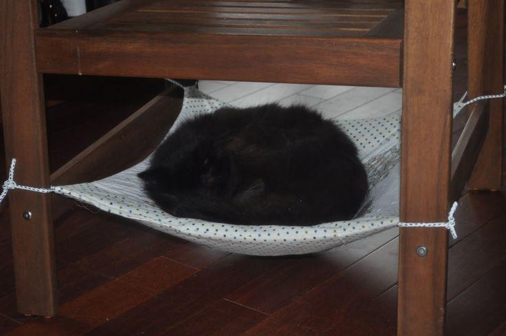 Un hamac de chaise pour mes chats avec appliqués inversés!  Hammock in a chair for my cats with reversed appliqued!