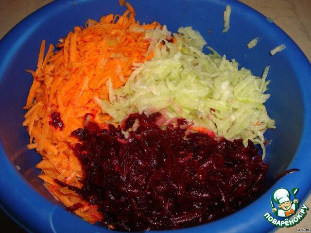 """Салат """"витаминный коктейль"""", 50ккал  Редьку, свеклу, морковь – нарезать тонкой соломкой. Пропорция :1:1:1 (по 1шт) Заправить растительным маслом  >Редька – продукт для настоящих гурманов. Более полезного продукты для диеты в холодное время года, как считают диетологи, не найти.     Формула простая :  чем горче на языке, тем слаще для организма.  Редька содержит  большое количество фитонцидов, мощных стимуляторов иммунитета. Один раз в неделю кушайте редьку и  о простудах можете забыть…"""