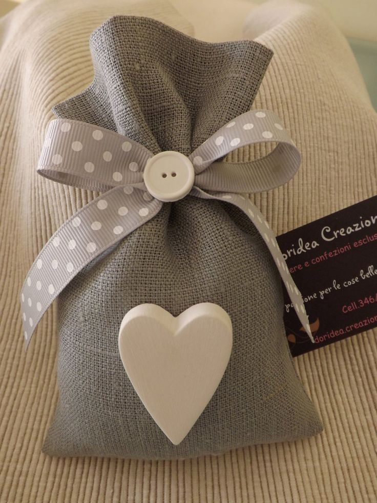 bag in gray linen, closed with gray polka dot ribbon with two pieces of chalk shaped one button and one little heart-shaped style shabby.. misshobby.com