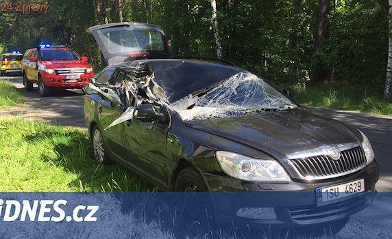 Do couvajícího náklaďáku vjelo auto, pro zraněnou ženu přiletěl vrtulník