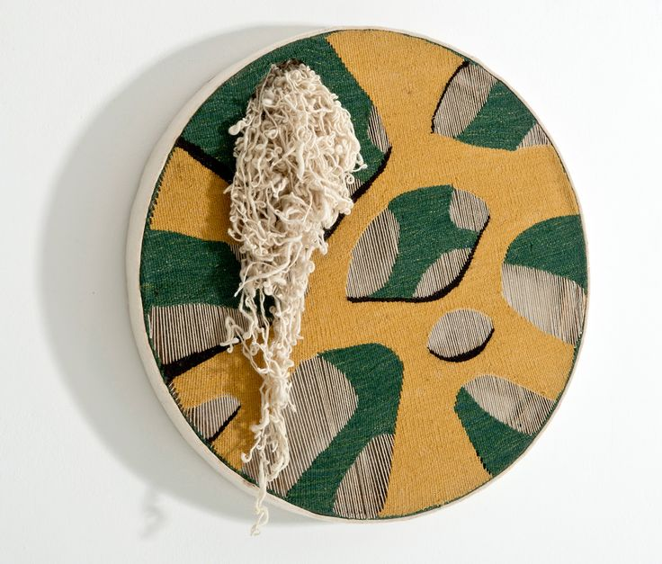 EKAV 25. YIL SERGİSİ:  BELKIS BALPINAR Organik Katmanlar / Organic Layers Boş çözgüler üzerine kilim 'tapestry' dokuma / Kilim 'tapestry' weave on unwoven warps. 90 cm çap 2015