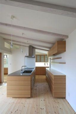 洗練されたナチュラルキッチン(『双方流れの家』2つの片流れ屋根が表情をつくりだす住まい)- キッチン事例|SUVACO(スバコ)