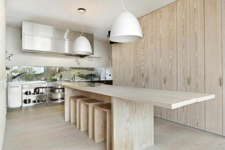 mesa y armarios de madera en la cocina moderna