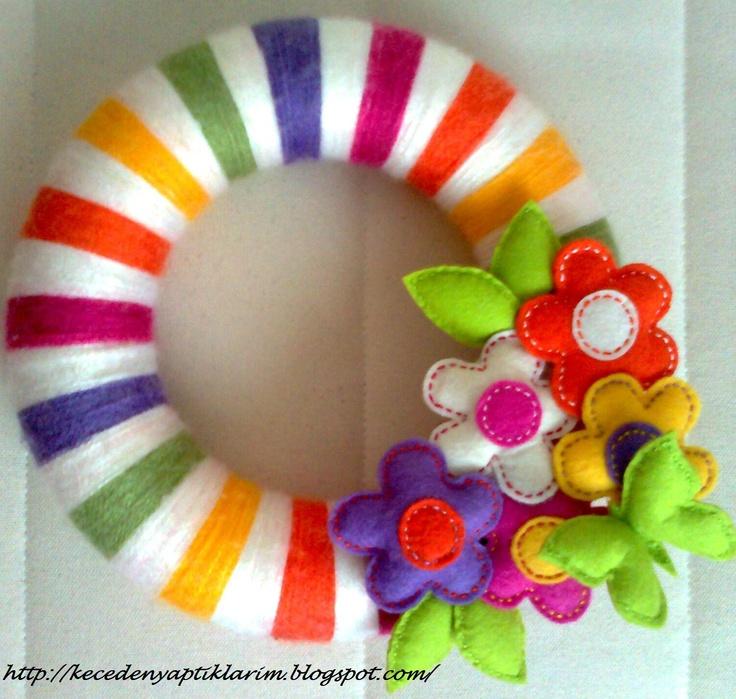 FELT IN LOVE: Keçe kelebek ve keçe çiçek figürlü Kapı Süsü