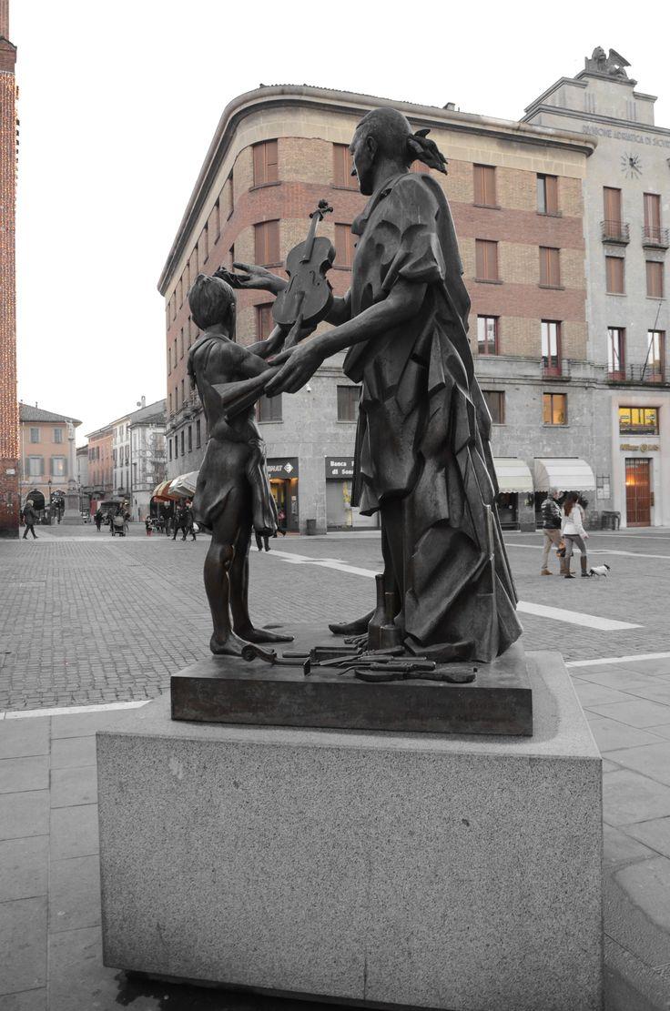 The statue of Antonio Stradivari