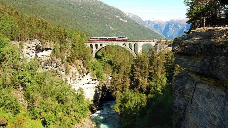 Sitter du i en av disse vognene, er du på Europas vakreste togreise  Både første og andreplassen ligger i Norge.