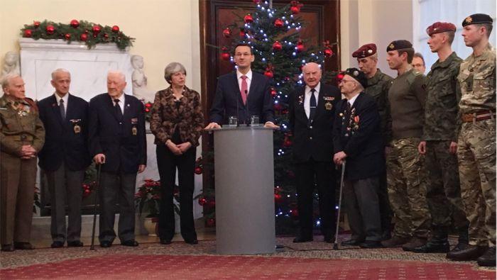 Wielka Brytania będzie nadal naszym kluczowym sojusznikiem w NATO _Premierzy Theresa May i Mateusz Morawiecki spotkali się z polskimi i brytyjskimi żołnierzami (fot. KPRM)