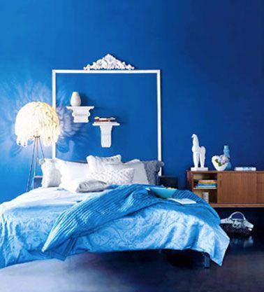 Une tête de lit qui imprime un style baroque dans cette chambre bleu et blanche. Sur le mur peint en bleu Marmara, le cadre de la tête de lit est formé à l'aide de baguettes de bois moulurées et peintes en blanc. Pour reprendre l'esprit des têtes de lit de nos grands-mères, une frise en staff est collée sur le dessus de la tête de lit et note originale, deux étagères en staff servent à poser vase et livres. Le staff est un matériau très léger que vous fixerez sans problème au dessus du lit.