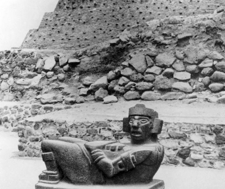 """Фигура божества """"Чакмоль"""". Базальт. 9 - 12 вв."""