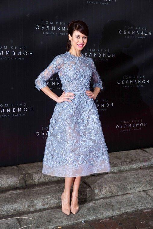 """Olga Kurylenko w sukience Elie Saab na premierze filmu """"Niepamięć"""" w Moskwie, fot. East News"""