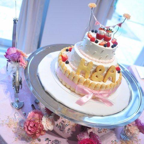 結婚式場写真「【キュートなケーキ】 人気イニシャルをウエディングケーキに取り入れた人気のデザイン☆」 【みんなのウェディング】