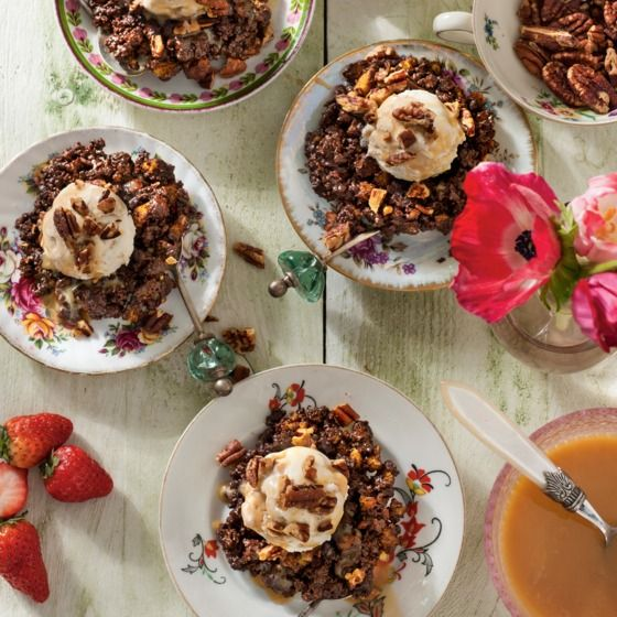 Ook lekker bij dit choconestje vervang de zelfgemaakte fudgesaus door dessertsaus of schenkstroop karamel. #dessert #ijs #jumbosupermarkten
