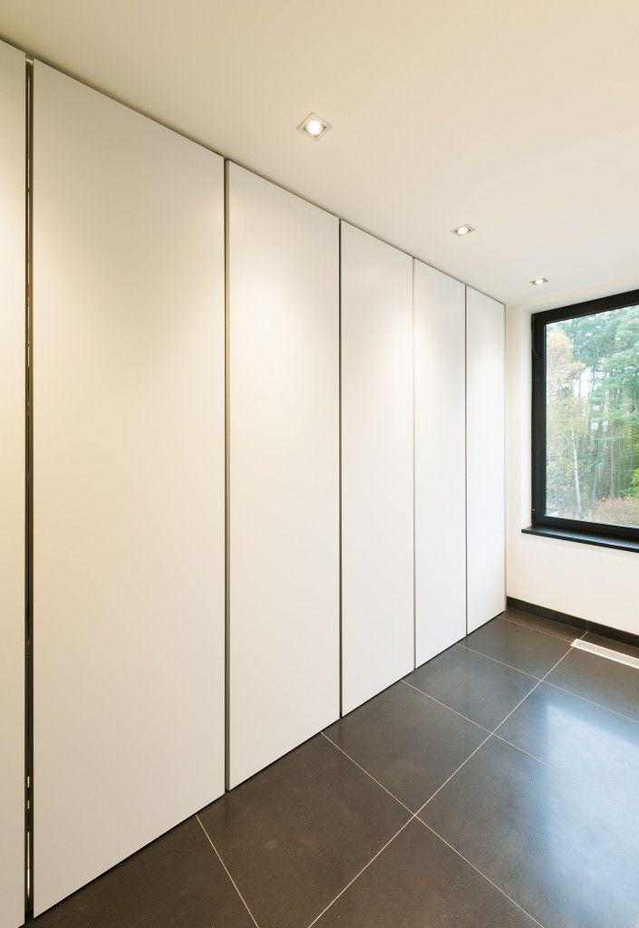 De moderne kastenwand van 'Dress a Way' is op maat gemaakt en past dus perfect. De volledige hoogte, breedte en diepte worden optimaal benut.