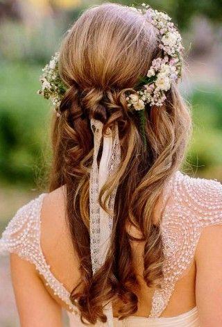 Une coiffure de mariage avec une couronne de fleurs pastel