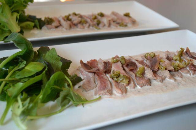 Een heerlijke Italiaanse klassieker, vitello tonnato. Een recept met vis (tonijn) en vlees (kalfsvlees). In de meeste recepten wordt fricandeau gebruikt, dun gesneden kalfsvlees. Maar nog lekkerder is