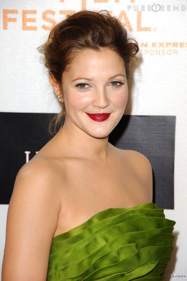 Bouche rouge et trait fin de liner : la version soir du maquillage de Drew Barrymore.