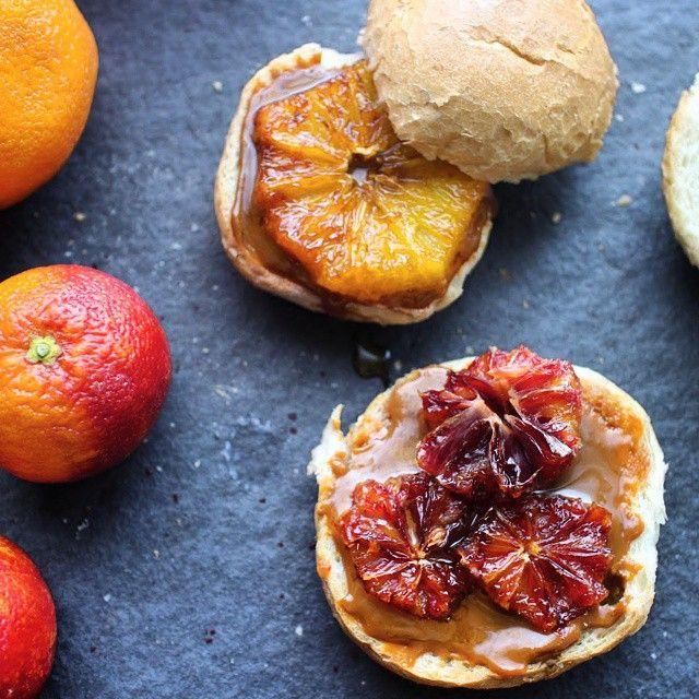アルゼンチンでとっても人気のキャラメルソース, ドゥルセ・デ・レチェをたっぷり塗って、キャラメライズしたオレンジをのせたスイートな朝ごはん。/ Toast with lots of Dulce de Leche and topped with caramelized blood orange.