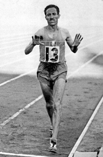 Alain Mimoun franchissant en vainqueur la ligne d'arrivée du marathon olympique, en 1956 à Melbourne. (Photo AFP)