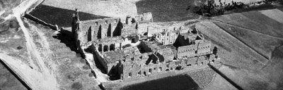 """Vista aérea del Monasterio de San Pedro de Eslonza (1946). Fotografía realizada por la Academia Básica del Aire y cedida por la Biblioteca Pública de León (de su base de datos """"Conocer aquel León"""")"""