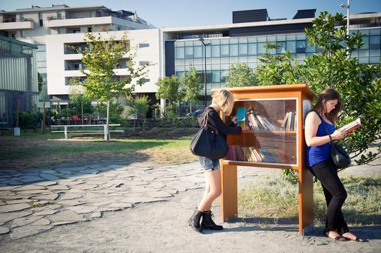 """La première """"boîte à lire"""" de Bordeaux lancée en 2010 dans le quartier de Saint-Michel, a essaimé dans l'ensemble de la ville. D'autres boites du même type, gérées par l'association 5 de Coeur ou la direction des parcs et jardins, proposent aux promeneurs de déposer et/ou prendre librement un ou"""