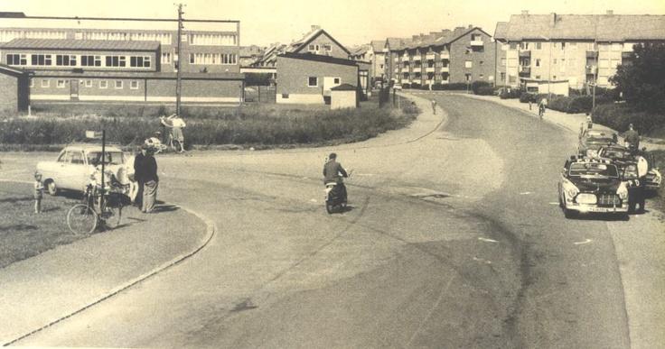 Trafikolycka i mitten 1960-talet vid Östra skolan. I bakgrunden ses Lindéns kiosk, där man köpte lördagsgodis av Oskar.